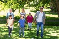 Усмехаясь идти семьи Стоковое Фото