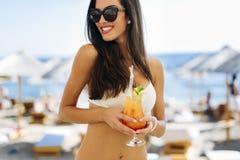 Усмехаясь коктеиль красивой женщины выпивая Стоковая Фотография