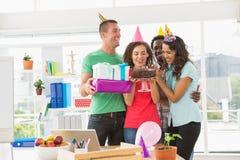 Усмехаясь коллеги празднуя день рождения Стоковое фото RF