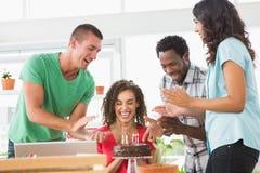 Усмехаясь коллеги празднуя день рождения Стоковые Изображения RF