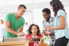 Усмехаясь коллеги празднуя день рождения Стоковое Изображение RF