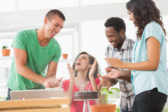 Усмехаясь коллеги празднуя день рождения Стоковое Фото