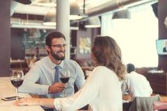 Усмехаясь коллеги с стеклами вина Стоковое Изображение RF
