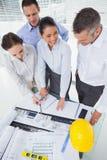Усмехаясь команда архитектора работая совместно Стоковые Фото