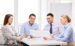 Усмехаясь команда дела имея обсуждение в офисе Стоковые Фото