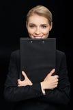 Усмехаясь коммерсантка держа блокнот в руках Стоковые Фотографии RF