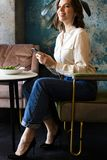 Усмехаясь коммерсантка имея lucnch на кафе внутри помещения стоковое изображение rf