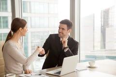 Усмехаясь коммерсантка и handshaking бизнесмена, делая хороший f Стоковая Фотография RF