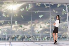 Усмехаясь коммерсантка под дождем денег Стоковое фото RF