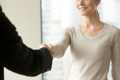 Усмехаясь коммерсантка тряся руку в офисе, конец бизнесмена Стоковое Изображение