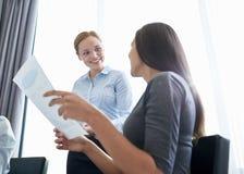 Усмехаясь коммерсантки встречая в офисе Стоковое Изображение