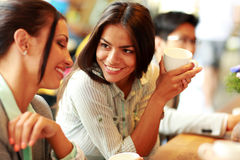 Усмехаясь коммерсантки имея перерыв на чашку кофе Стоковая Фотография