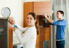Усмехаясь комната женщины очищая живущая Стоковое Изображение