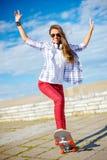 Усмехаясь конек катания девочка-подростка снаружи Стоковые Изображения RF