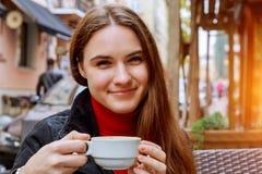 Усмехаясь кофе женщины выпивая в кафе улицы Стоковое Фото
