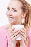 Усмехаясь кофе молодой белокурой женщины выпивая Стоковые Изображения
