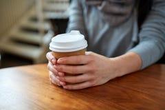 Усмехаясь кофе молодой женщины выпивая на кафе Стоковые Фото