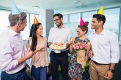 Усмехаясь коллеги дела празднуя день рождения Стоковое Изображение RF