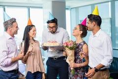 Усмехаясь коллеги дела празднуя день рождения Стоковые Фотографии RF