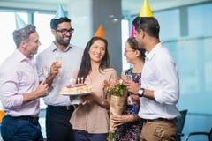 Усмехаясь коллеги дела празднуя день рождения Стоковые Фото