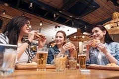 Усмехаясь коллеги имея вкусный обедающий Стоковая Фотография RF