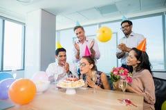 Усмехаясь коллеги празднуя день рождения женщины Стоковое фото RF
