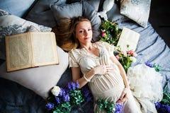 Усмехаясь красивая лаванда беременности девушки, книга атмосферы, Провансаль, ретро, барочная, linen влюбленность счастья утехи и стоковая фотография rf