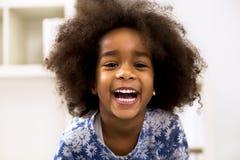Усмехаясь красивая африканская девушка с здоровыми зубами Стоковые Изображения