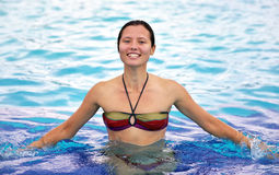 Усмехаясь красивая девушка в бассейне Стоковое Изображение RF