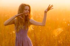 Усмехаясь красивая девушка в тумане стоковая фотография