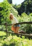 Усмехаясь красивая девушка имеет потеху на сельской местности Стоковое Изображение RF