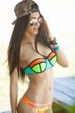 Усмехаясь красивая женщина загорая на пляже Фокус на девушке Стоковое Изображение
