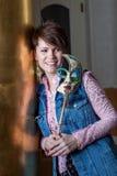 Усмехаясь красивая женщина представляя с маской масленицы Стоковые Фото