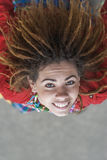 Усмехаясь красивая женщина с dreadlocks Стоковые Изображения RF