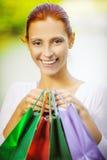 Усмехаясь красивая молодая женщина с покупками Стоковая Фотография RF