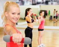 Усмехаясь красивая sporty женщина с гантелью Стоковое Фото