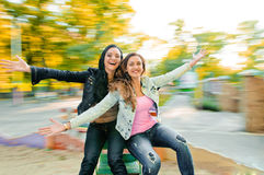 Усмехаясь красивые молодые счастливые женщины Стоковые Фотографии RF