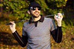Усмехаясь красивый игрок в гольф стоковая фотография