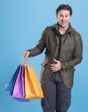 Усмехаясь красивый человек с хозяйственными сумками Стоковые Фотографии RF
