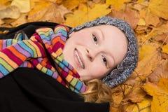 Усмехаясь красота на кленовых листах Стоковое Изображение RF