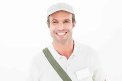 Усмехаясь крышка работника доставляющего покупки на дом нося Стоковые Изображения