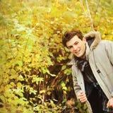 Усмехаясь куртка hoodie портрета парня нося и рубашка шотландки Стоковые Изображения RF