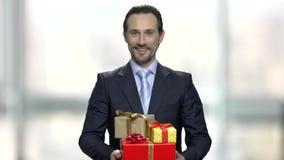 Усмехаясь куча удерживания бизнесмена подарочных коробок сток-видео