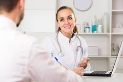 Усмехаясь клиент женского доктора советуя с Стоковое Изображение