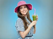 Усмехаясь лето красивой женщины нося одевает и шляпа Стоковое Изображение