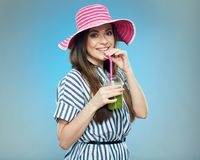 Усмехаясь лето красивой женщины нося одевает и шляпа Стоковые Фотографии RF