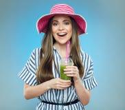 Усмехаясь лето красивой женщины нося одевает и шляпа Стоковое Изображение RF