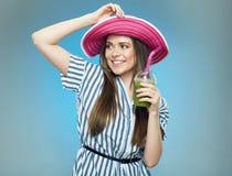 Усмехаясь лето красивой женщины нося одевает и шляпа Стоковое Фото