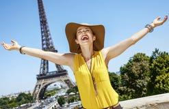 Усмехаясь ликование молодой женщины перед Эйфелевой башней в Париже стоковая фотография