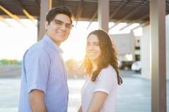 Усмехаясь любовники имея потеху во время выходных стоковые фото